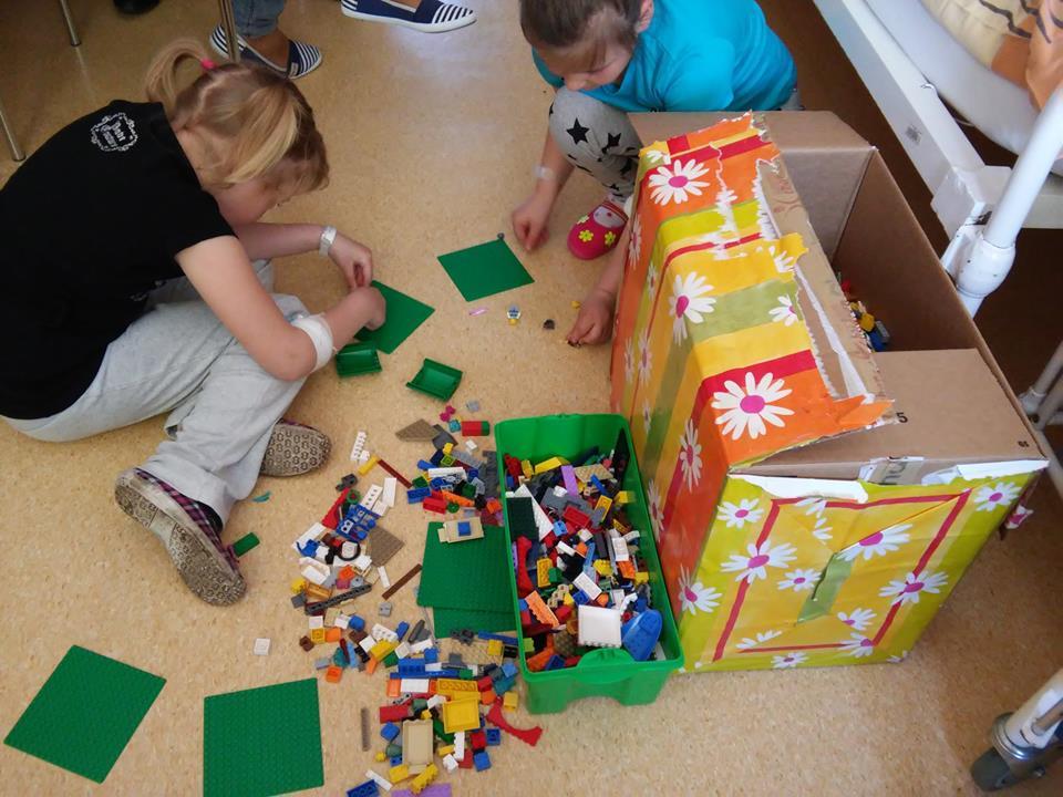 Zabawy klockami LEGO podarowanymi przez Fundację Dr Clown.